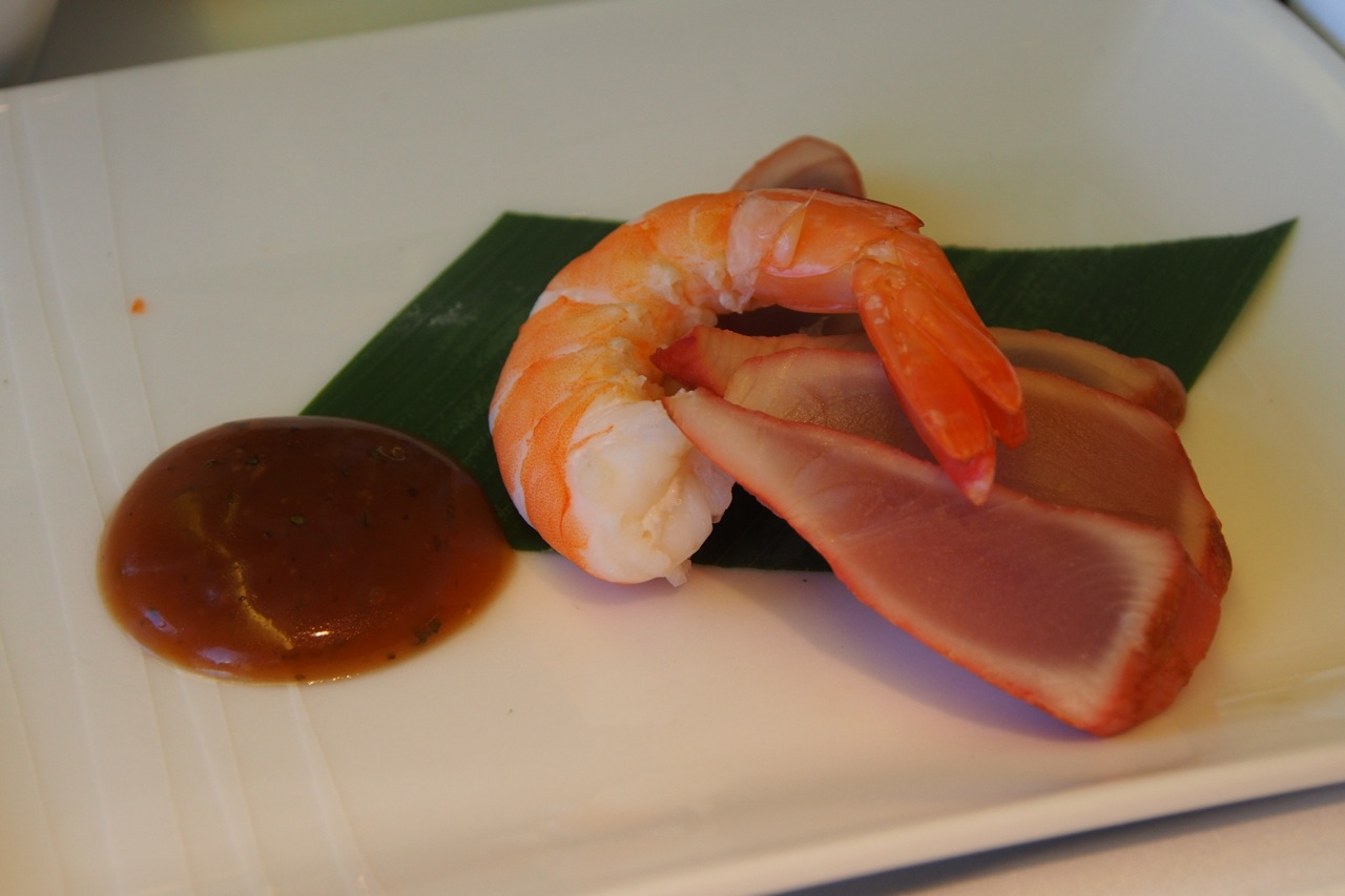 煙吞拿魚拼明蝦伴紫蘇梅子醬 smoked tuna with prawn and aoshiso plum dressing