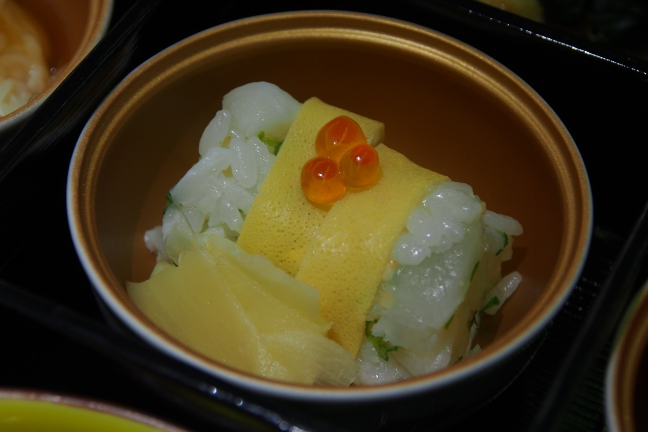 """熊本: 郷土寿司 (鯛〆、イクラ) """"Sushi"""" mixed with Vinegared Sea-bream, Salmon Roe"""