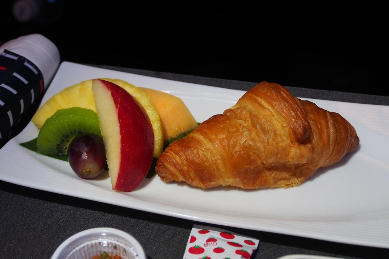クロワッサン & 季節のフレッシュフルーツ Croissant & Seasonal Fresh Fruits