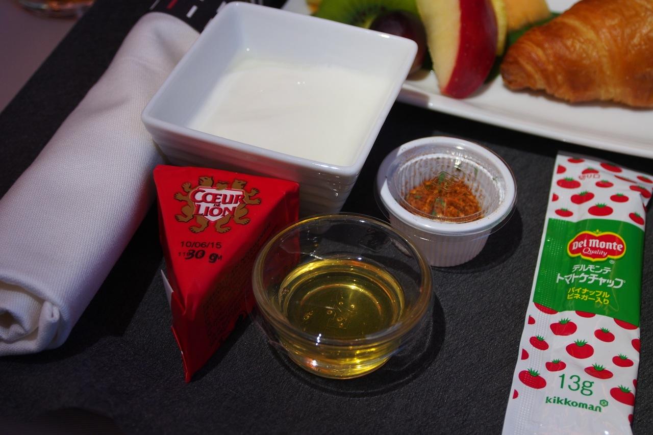 カスピ海ヨーグルトに埼玉県百花蜂蜜を添えて & カマンベールチーズ Caspian Sea Yogurt with Honey & Camembert Cheese