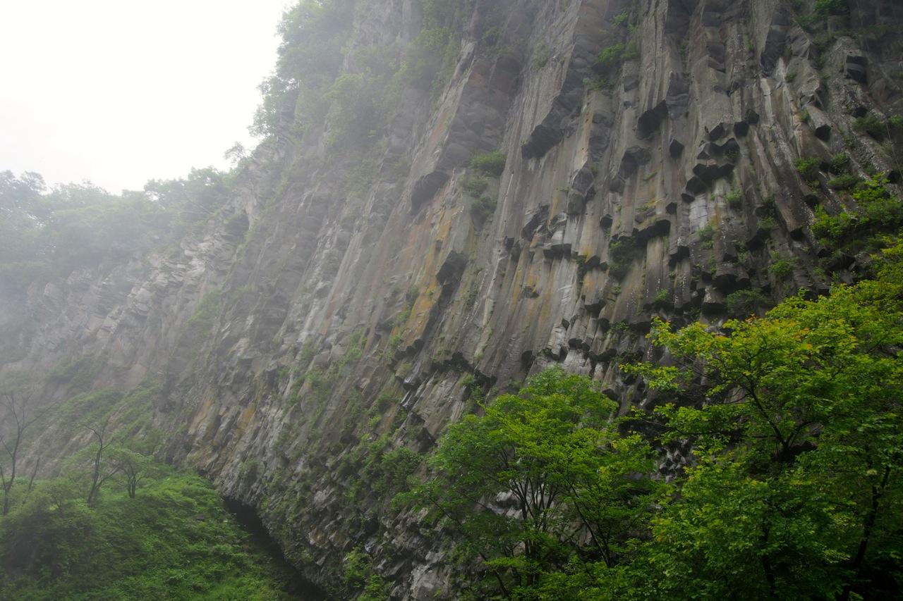 岩壁上方的安山岩呈六角木柱狀