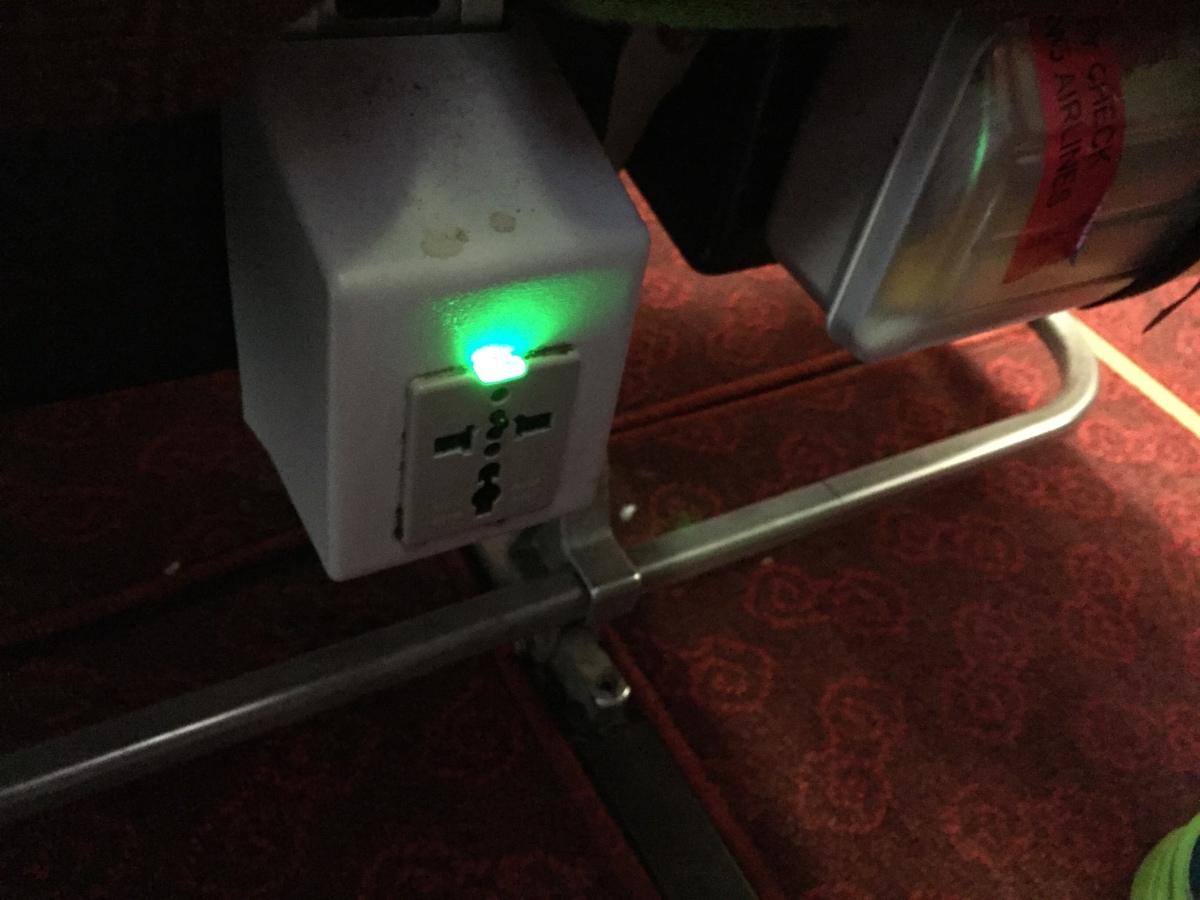 發現了去程沒找到的,位處座椅下方的插座