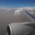 飛機就剛好在沙塵與清空之間飛行
