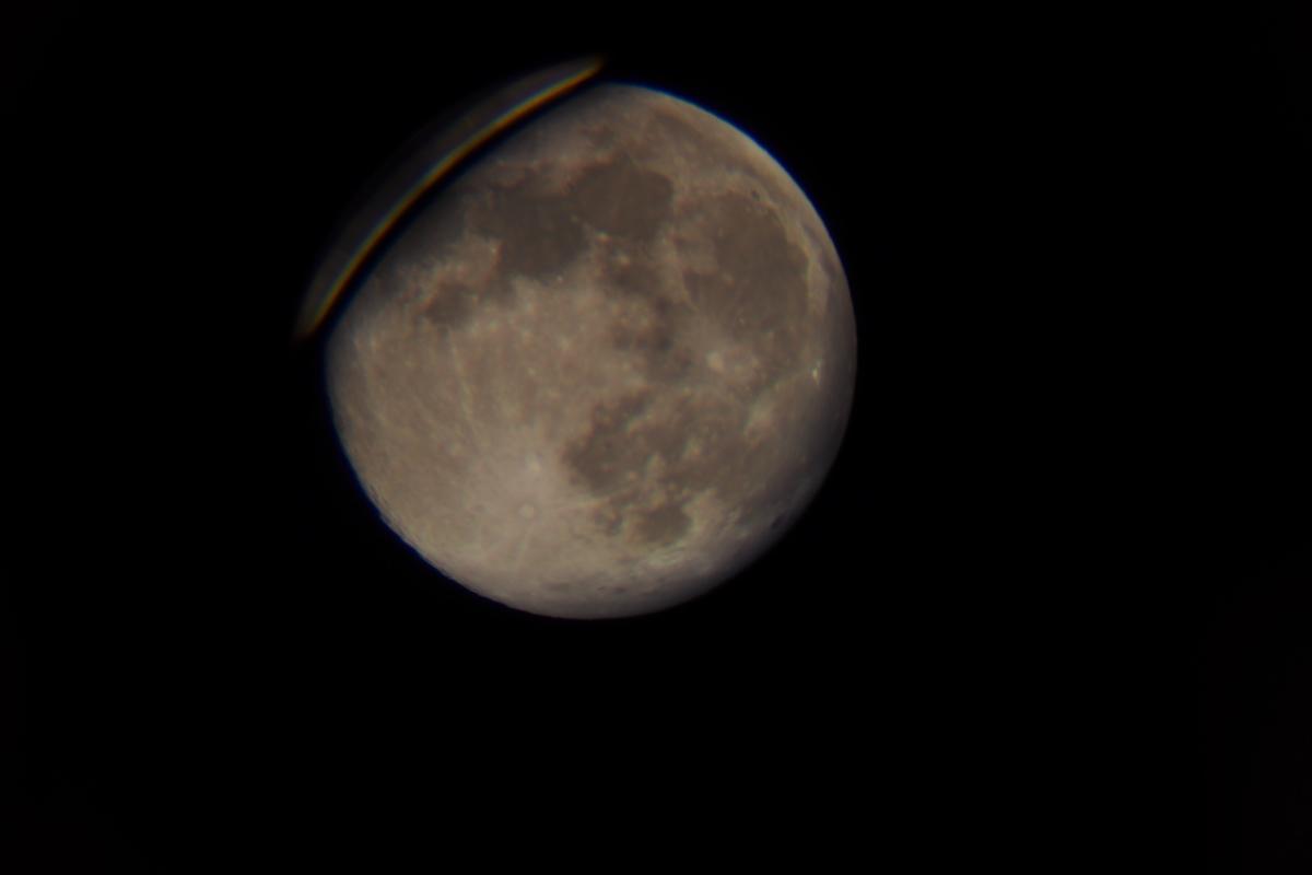 經過望遠鏡拍出來的圓月