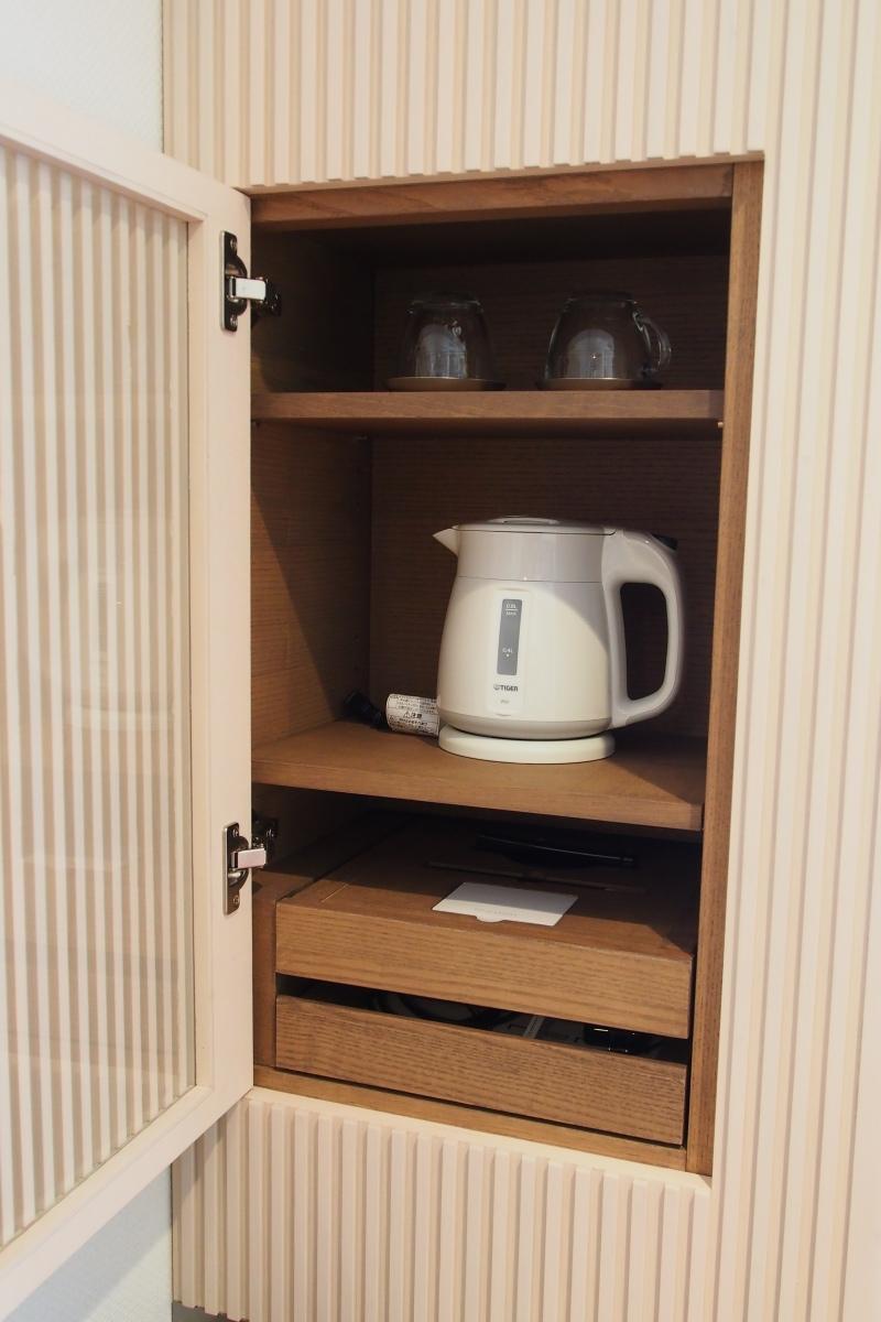 藏在櫃內的水煲和杯⋯⋯