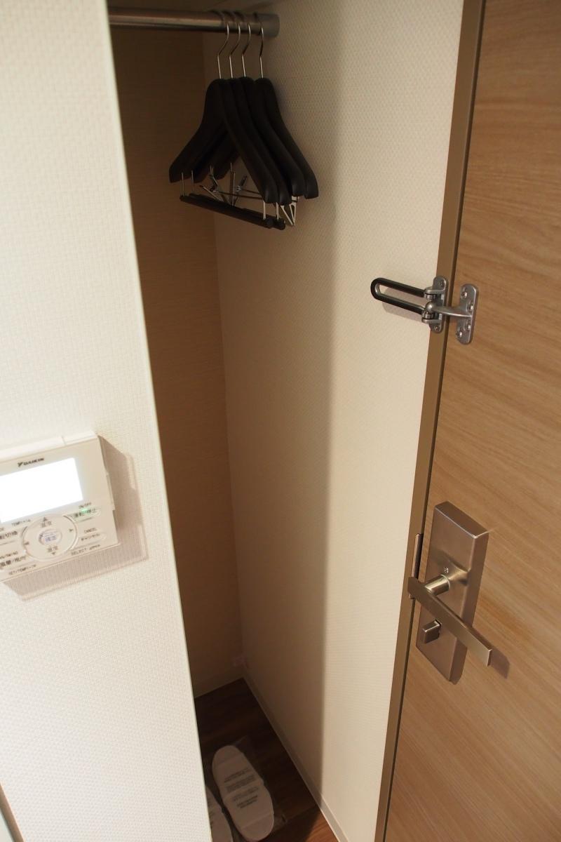 房門邊設有小小掛衫處