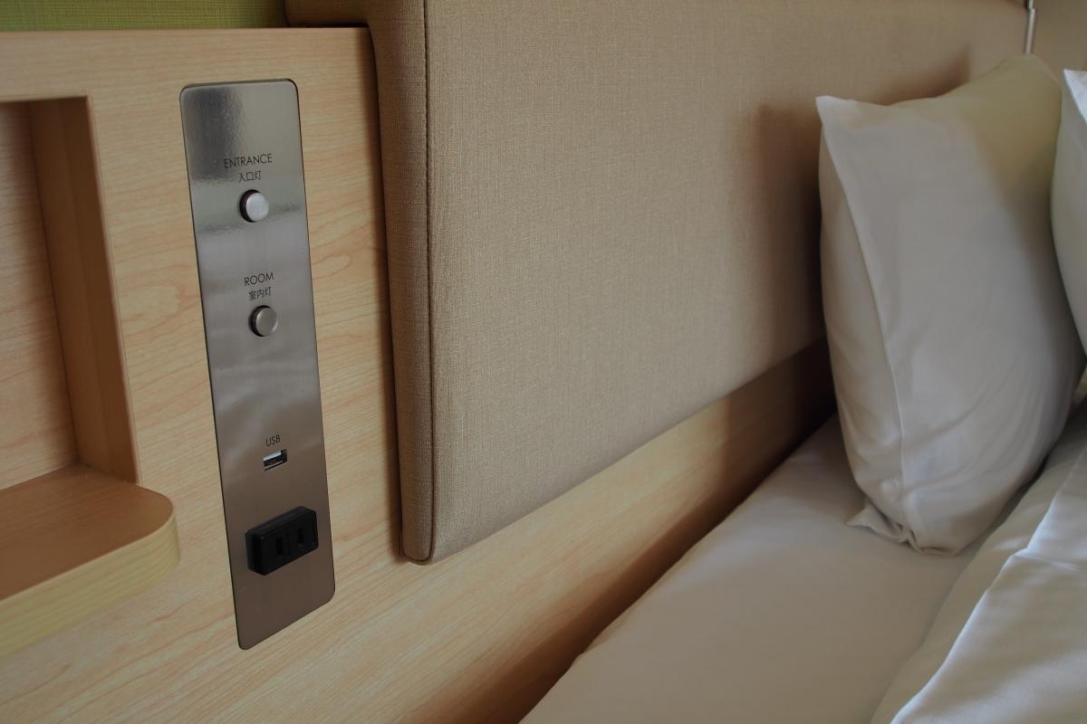 床頭的 USB 和充電插座