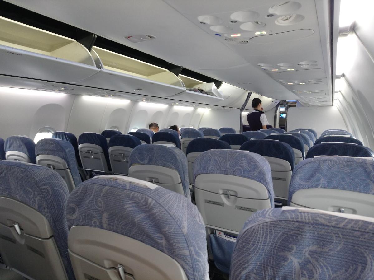 上完過境旅客的機上,可見大部份乘客都只係坐到大連(其後上完內陸段乘客後全機滿座)